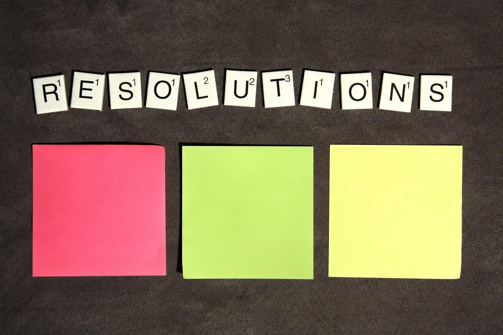 Il y a une différence entre «Résoudre» et «Résolution». Résoudre reflète une décision ou une détermination, tandis qu'une résolution englobe formellement une décision prise par conférence avec d'autres. Wikipédia décrit quatre types de résolutions, la «Résolution du Nouvel An» étant la seule qui n'intègre pas d'autres opinions dans son projet final. Serait-ce la raison pour laquelle beaucoup de résolutions (du Nouvel An) ont échouées? Avant de penser aux résolutions que vous allez prendre pour cette nouvelle année, vous devez avant tout: new year_resolutions