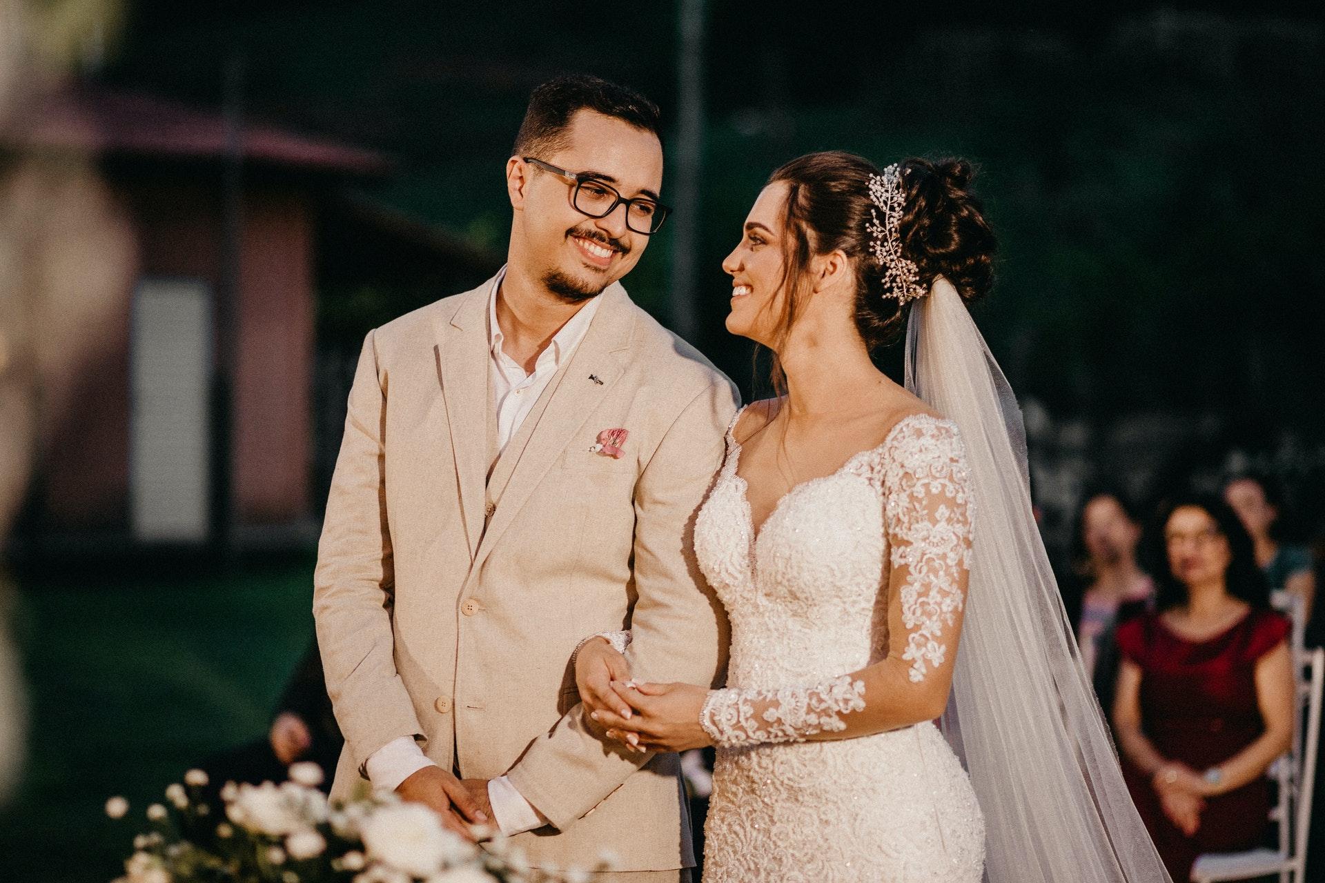 Que dit la Bible sur le Mariage au Ciel? Néanmoins, Jésus répond à leur question dans Luc 20:27-38. Essentiellement, il dit non, nous ne restons pas mariés à ceux que nous avons épousés sur terre.