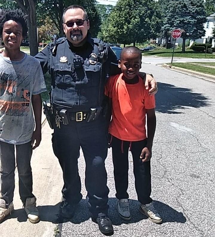 Quelqu'un a appelé la police pour arrêter un enfant de 12 ans, son nom est Reggie Fields.