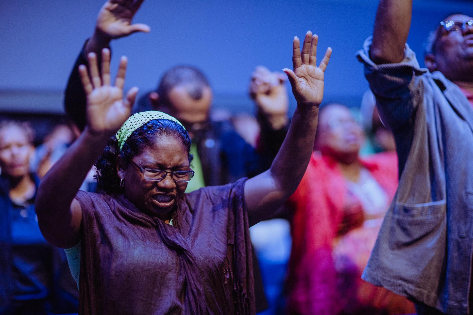 Prière de la Sérénité: 3 secrets cachés à Découvrir.. La Prière de la Sérénité est un texte rédigé par le théologien américain Reinhold Niebuhr (1892–1971), alors que celui-ci travaillait dans un séminaire protestant du « Congregational Church » à Heath, dans le Massachusetts, aux États-Unis. Cette prière propose d'obtenir la sagesse de faire la différence entre le changeable et l'inchangeable. La prière de Sérénité était largement utilisée dans les sermons, les groupes d'école du dimanche et les études.