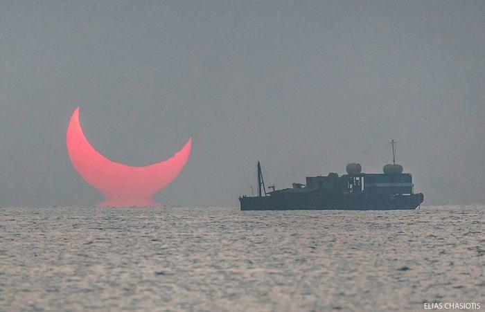 1 Sunrise-red-horns-solar-eclipse- Non seulement cela, quand il a été fait, l'éclipse a fait apparaître le soleil comme le croissant de lune de l'Islam, brillant d'une nuance de rouge la plus diabolique.