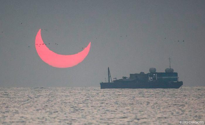 Sunrise-red-horns-solar-eclipse- Non seulement cela, quand il a été fait, l'éclipse a fait apparaître le soleil comme le croissant de lune de l'Islam, brillant d'une nuance de rouge la plus diabolique.