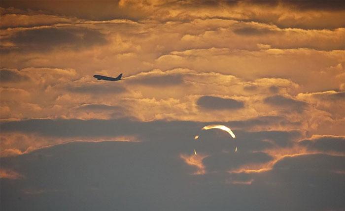Le photographe Elias Chasiotis avait prévu de capturer l'éclipse solaire le 26 décembre pendant ses vacances à Al Wakrah, au Qatar. Et il savait qu'au lever du soleil, il avait eu la chance de capturer un phénomène encore rare - une éclipse solaire combinée aux effets de mirage de courbure de la lumière vus près de la surface de l'océan.