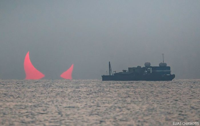 Quelques jours seulement avant l'attaque de l'ambassade des États-Unis en Irak, et juste avant le meurtre ciblé du général iranien Qassem Soleimani, un phénomène naturel étrange s'est produit dans le golfe Persique. Une illusion d'optique connue sous le nom de Fata Morgana, causée par une rare éclipse solaire, a donné l'apparence de cornes de diable rouges s'élevant au-dessus de l'eau.5 sunrise-red-horns-solar-eclipse-elias-chasiotis