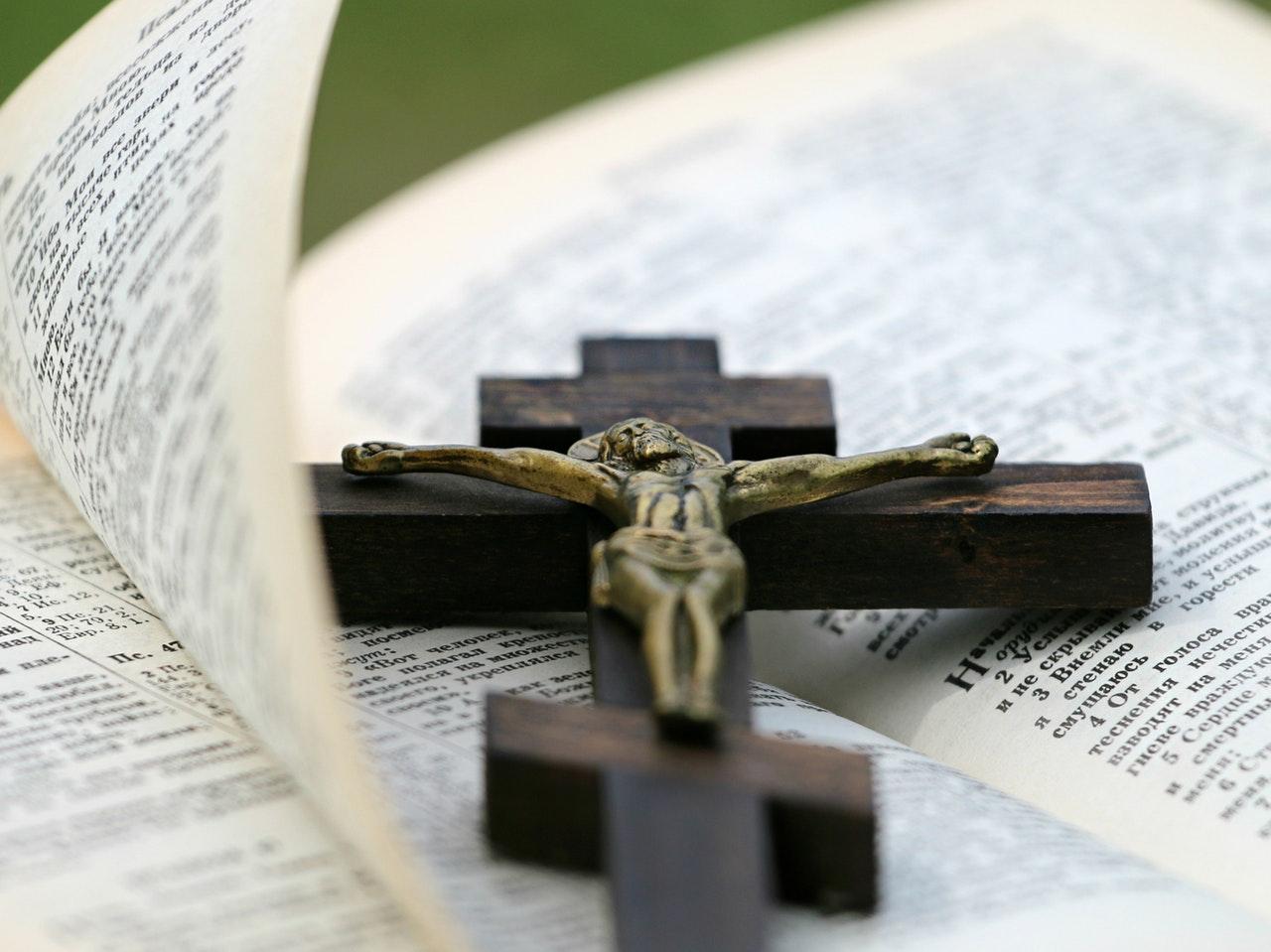 Est-ce que vous avez vu Jésus maudit ces ennemis, et fait des prières de vengeance contre ceux qui lui ont persécutés? La réponse est: NON Donc si vous êtes de Dieu et que vous suivez Jésus, pourquoi faites-vous le contraire?